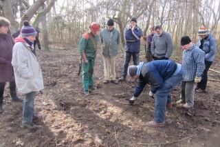 Die Teilnehmer lauschen Thomas Gehrkes Ausführungen zum Baumschnitt
